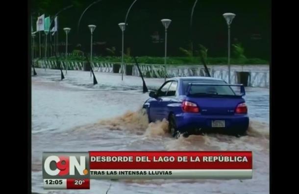 Caos vehicular tras desborde del lago de la República
