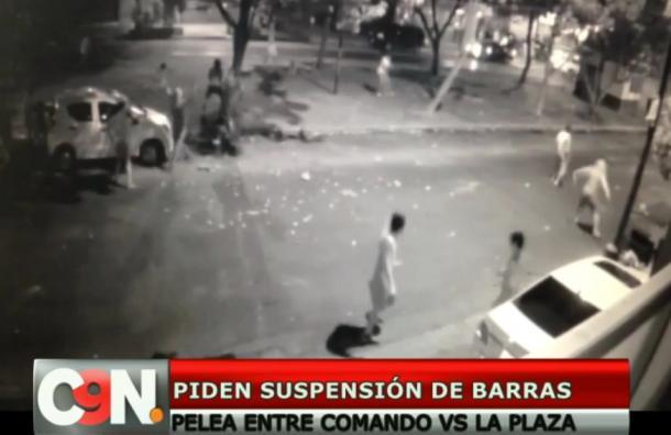 Violento enfrentamiento entre barras bravas