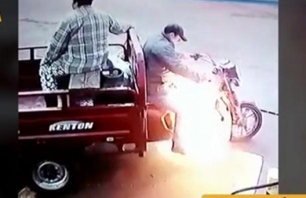 Motocarro explota luego de cargar combustible