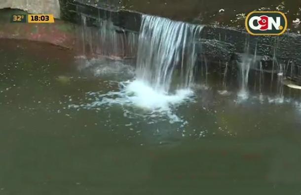 Villa Elisa sufre por un 'arroyo de basura'