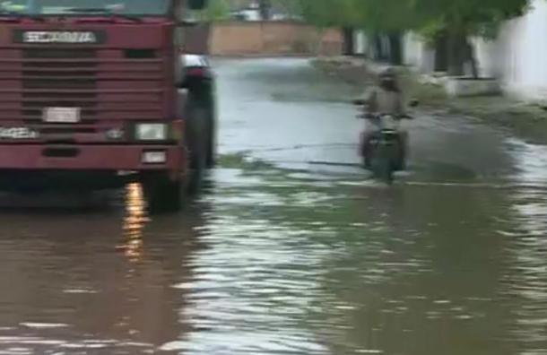 Barrio Tablada: Sumideros taponados y agua estancada