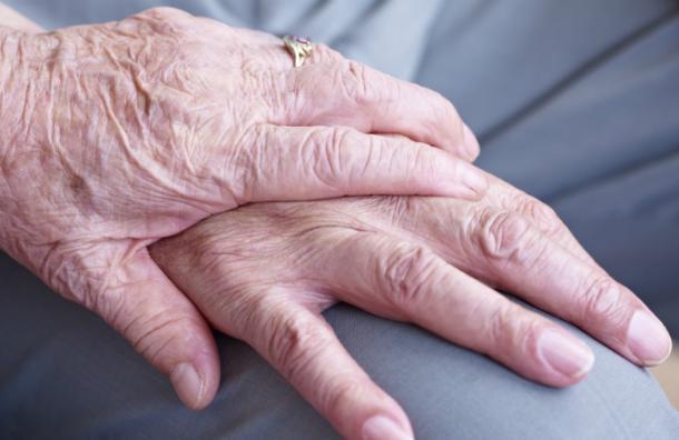 Pareja de ancianos muere el mismo día tras 77 años de matrimonio y su historia emociona a miles