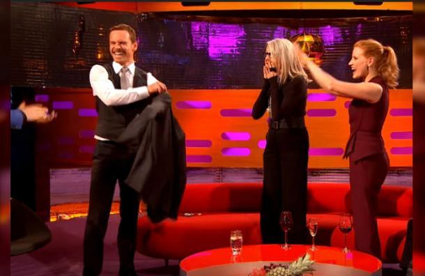 Michael Fassbender sorprendió con osado baile en pleno programa y se ganó una ovación