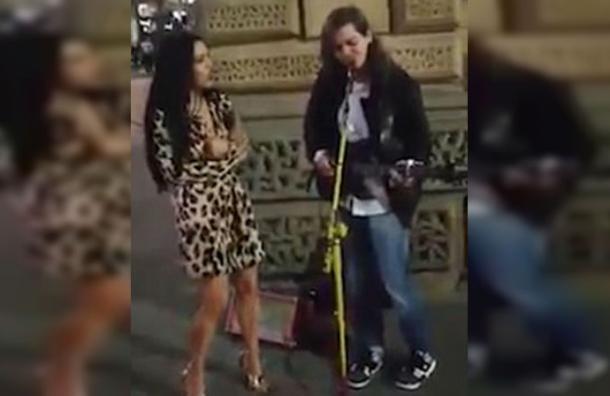 Le pidió el micrófono a un artista callejero y lo que hizo sorprende a millones