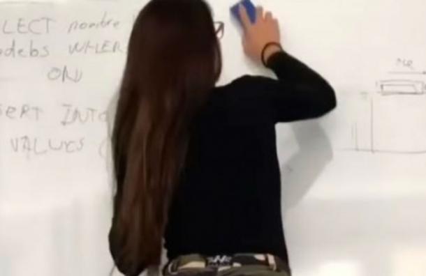 Usuarios la bautizaron como «la profesora más sensual del mundo» y aquí está el porqué