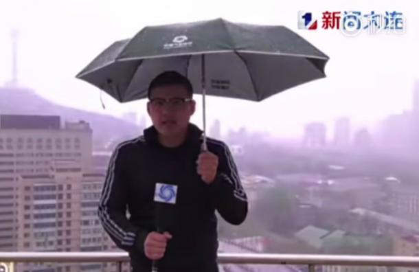 Video capta el momento exacto en que un rayo cae sobre un reportero en plena tormenta