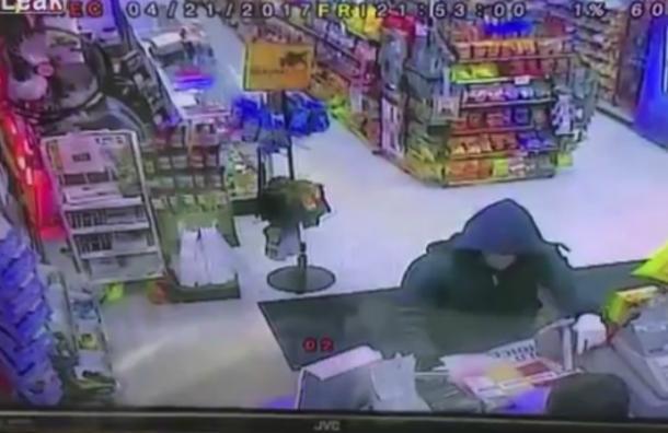 Quiso asaltar esta tienda con una pistola pero jamás imaginó lo que ocurriría
